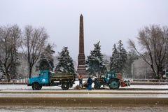 Les travailleurs nettoient la neige dans la place Photographie stock libre de droits