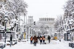 Les travailleurs nettoient la neige de la rue après tempête de neige Image stock
