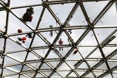 Les travailleurs réparent le toit en verre de philharmonique Images stock