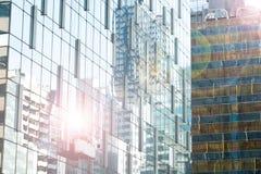 Les travailleurs tendent le cou le verre de fenêtres propre de berceau de la haute photographie stock libre de droits
