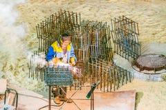 Les travailleurs travaillent à un chantier de construction photographie stock libre de droits