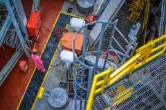 Les travailleurs travaillent au cric vers le haut du pont principal de plate-forme pétrolière Images stock