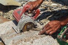 Les travailleurs utilisent les outils de coupe en pierre photographie stock