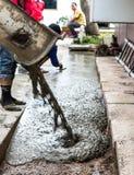 Les travailleurs versent le contrôle concret Photo stock