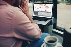 Les travaux beaux de type à une compagnie d'assurance calcule le paiement pour l'assurance Images stock