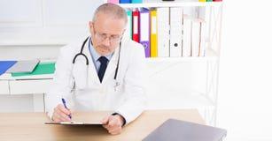 Les travaux de docteur à la table dans le bureau médical vérifie les résultats des essais photographie stock libre de droits