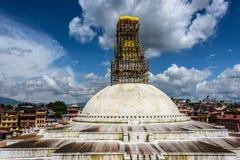 Les travaux de réparation sont en cours au stupa de Boudhanath Images stock