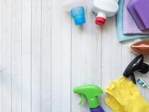 Les travaux domestiques, ménage et concept de ménage - substance de nettoyage image stock