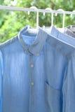 Les travaux domestiques repassants de concept repassés pliaient toujours la vie propre de chemises Image libre de droits