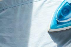 Les travaux domestiques repassants repassés pliaient toujours la vie propre de concept de chemises Images libres de droits