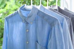 Les travaux domestiques repassants repassés pliaient toujours la vie propre de concept de chemises Image libre de droits