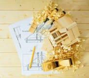 Les travaux du menuisier Dessins pour construire, petite maison Photos stock