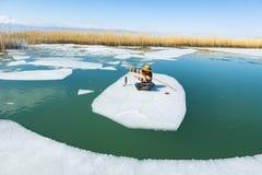 Les travaux durs ; 47/5000 moment fonctionnant pour le pêcheur en hiver intense conditionne Image libre de droits