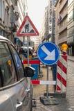 Les travaux routiers signent le centre urbain images libres de droits