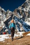 Les Trekkers sont en vallée de Khumbu sur un chemin au camp de base d'Everest Photographie stock