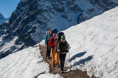 Les Trekkers sont en vallée de Khumbu sur un chemin au camp de base d'Everest Images stock