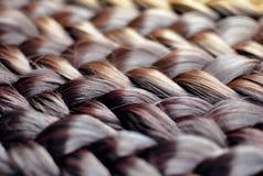 Les tresses colorées se ferment, des tresses dans différentes couleurs : brun foncé photo libre de droits