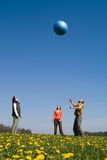 Les trois jeunes avec la bille Photographie stock