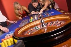 Les trois jeunes dans le casino Images stock