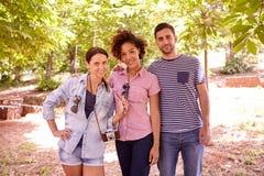 Les trois jeunes posant pour une photo Images stock