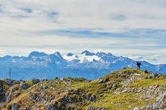 Les trois jeunes s'asseyent sur un iceberg et un regard chez Smartphone Salzkammergut, r?gion, Alpes, Autriche photo libre de droits