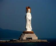 Les trois ont fait face à la statue de Kwan-yin Image stock