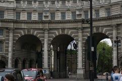 Les trois voûtes d'Amirauté arquent au mail à Londres, Angleterre photos stock