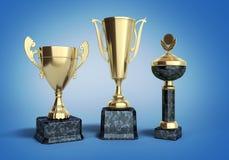 Les trophys d'or mettent en forme de tasse l'illustration 3d sur le gradient bleu Image stock