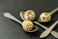 Les truffes de chocolat avec arrose images stock
