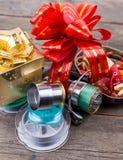 Les tsckles de pêche de cadeau avec le rouge et l'or cintrent Photos stock