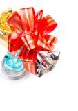 Les tsckles de pêche de cadeau avec le rouge et l'or cintrent Images stock