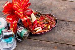 Les tsckles de pêche de cadeau avec le rouge et l'or cintrent Photo libre de droits