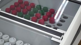 Les tubes et les bouteilles à essai ont arrangé sur le chariot médical clip Support des tubes à essai dans le laboratoire médical banque de vidéos