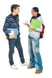 Les étudiants accouplent avoir la conversation Photographie stock