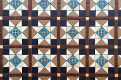 Les tuiles bleues de mur de salle de bains de mosaïques d'équerre combinée de Brown donnent au fond une consistance rugueuse photographie stock