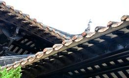 Les tuiles de gouttières d'égoutture et la sculpture en argile des gouttières Photo libre de droits