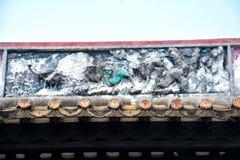 Les tuiles de gouttières d'égoutture et la sculpture en argile des gouttières Photos stock