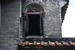 Les tuiles de gouttières d'égoutture et la sculpture en argile des gouttières Images stock