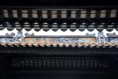 Les tuiles de gouttières d'égoutture et la sculpture en argile des gouttières Photographie stock
