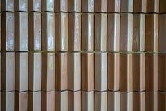 Les tuiles orange-clair ou brunes de brique, vintage ont couvert de tuiles le mur Photo stock
