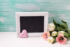 Les tulipes blanches et roses de ressort frais fleurit, le tableau noir vide a Photo libre de droits