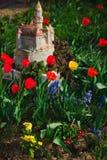 Les tulipes dans le jardin - modèle de château - ressort vient image stock