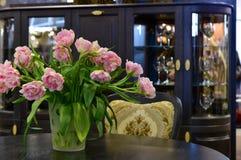 Les tulipes et la maison dénoyautent l'intérieur Image libre de droits