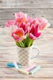 Les tulipes et le pastel blancs et roses ont coloré des craies Photo libre de droits