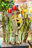 Les tulipes et les branches d'arbre rouges autoguident le plan rapproché de décoration de fleur Image libre de droits