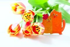 Les tulipes et les chatons oranges de chat aiment le romance de valentine de coeur sur le fond blanc Image libre de droits