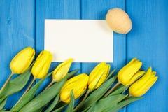 Les tulipes et les oeufs de pâques frais ont enveloppé la ficelle de laine, la décoration de Pâques, l'espace de copie pour le te Images libres de droits