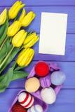 Les tulipes et les oeufs de pâques frais ont enveloppé la ficelle de laine, la décoration de Pâques, l'espace de copie pour le te Photographie stock libre de droits