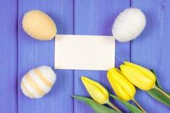 Les tulipes et les oeufs de pâques frais ont enveloppé la ficelle de laine, la décoration de Pâques, l'espace de copie pour le te Photo stock