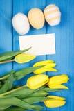 Les tulipes et les oeufs de pâques frais ont enveloppé la ficelle de laine, la décoration de Pâques, l'espace de copie pour le te Image libre de droits